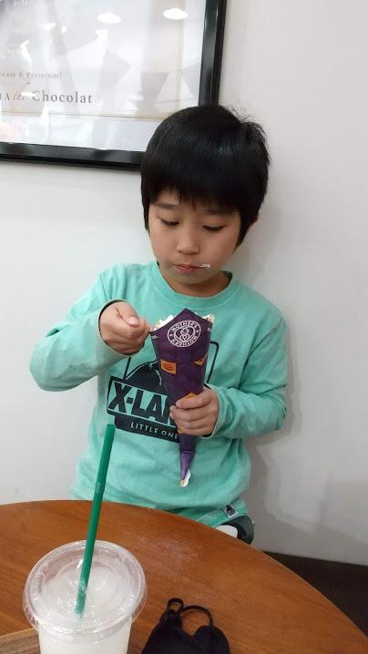 クレープを食べる息子の写真