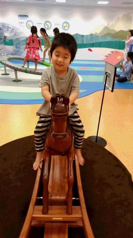 馬に乗る子供の写真