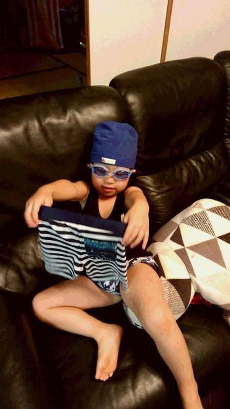 水着に着替える子供の写真