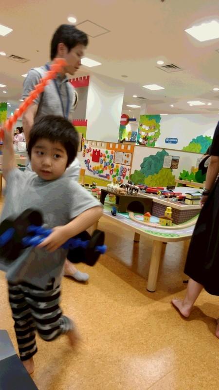 遊ぶ子供の写真