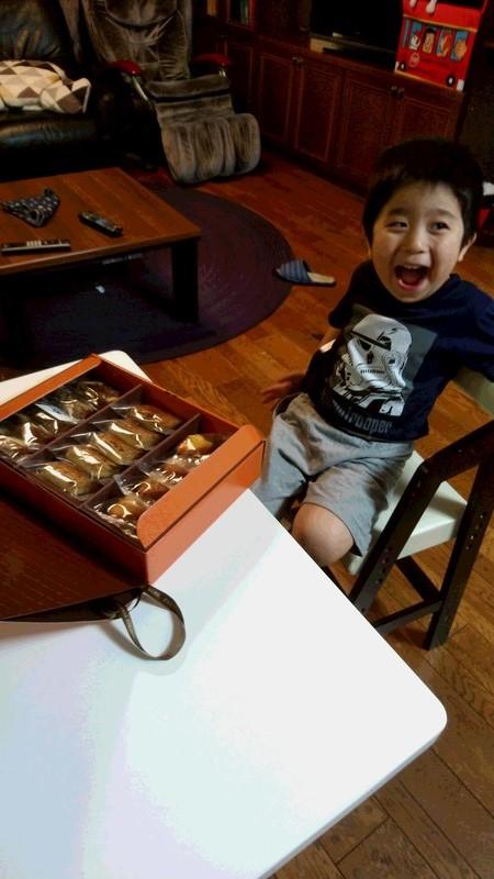 お菓子に喜ぶ子供の写真