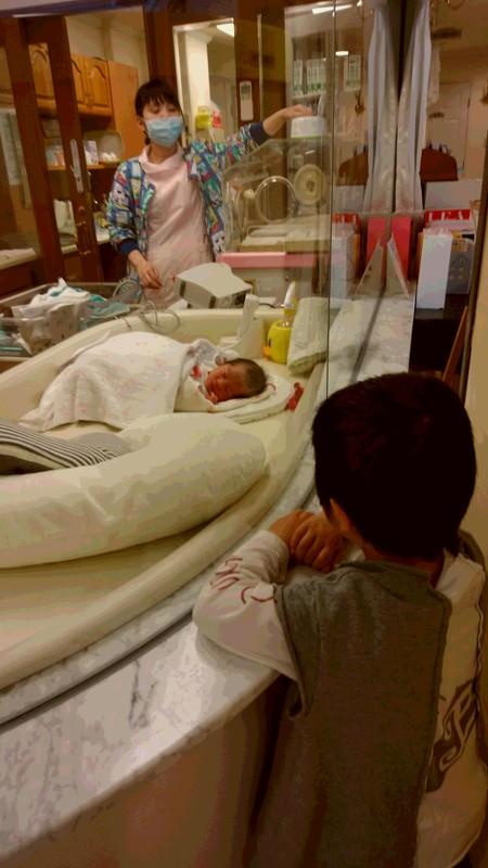 お兄ちゃんと赤ちゃんの写真