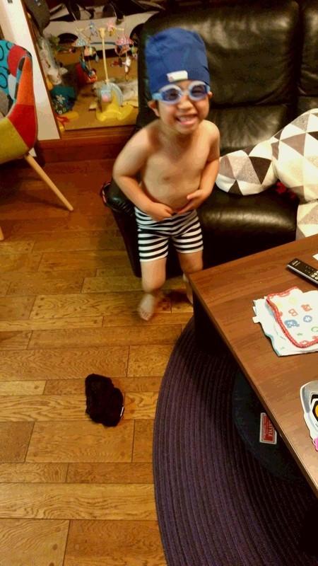 水着に着替えた子供の写真