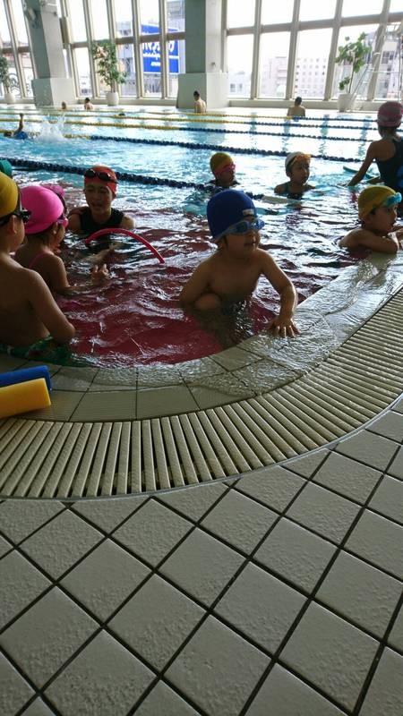 プールに入る子供達の写真