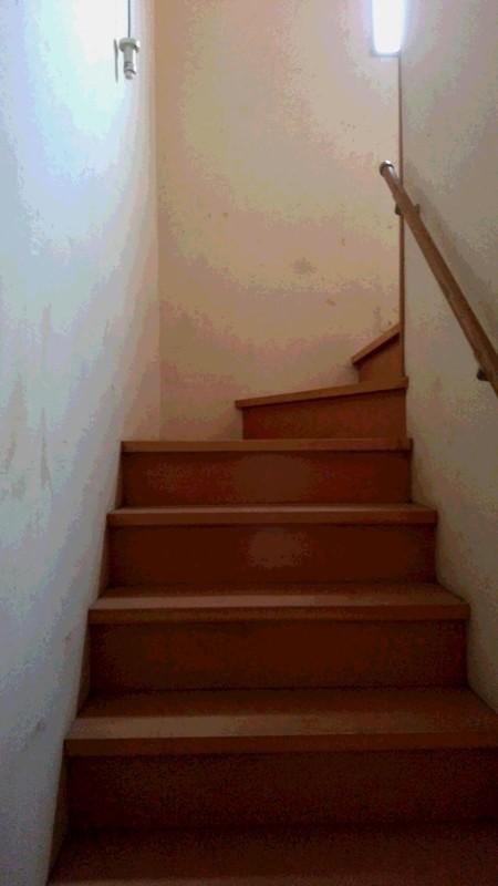 不用品回収後物がなくなった階段写真