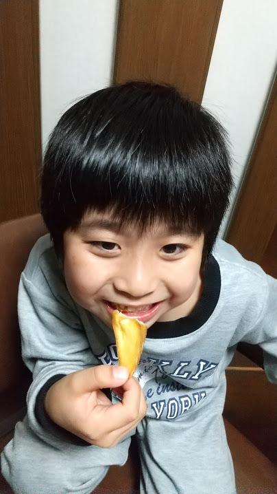 ポテトを食べる子供の写真