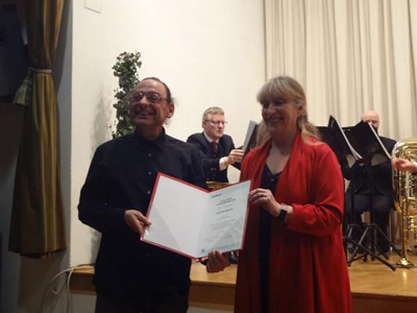 Überreichung der Urkunde an Armin Baumgartner durch Podium-Vorstandsmitglied Margit Hahn