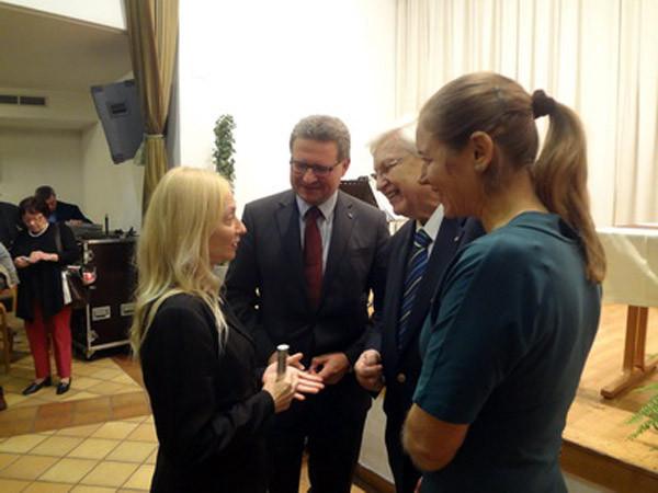 Barbara Neuwirth mit den Geldgebern des Preises: Hermann Dikowitsch (Land NÖ); Winfried Leisser (ehem. Präsident des Rotarier Clubs) und Lisa Dyk (ggw. Präsidentin des Rotarier Clubs)