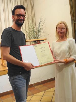 Überreichung der Preisurkunde an David Fuchs durch Barbara Neuwirth (Podium)