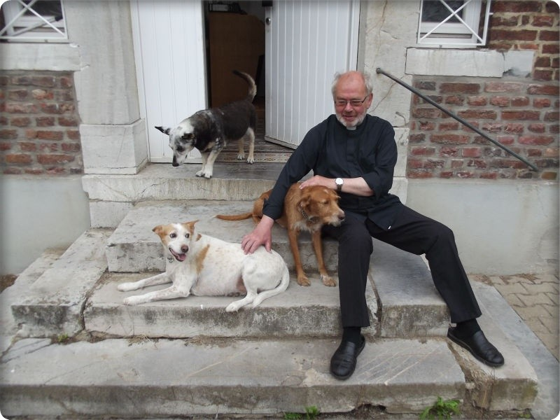 Ein Foto von früher, Dieter Telorac mit seinen Hunden, die scheue Streunerin im Hintergrund