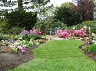 Blick in Renates Hausgarten zur Azaleen-Blüte