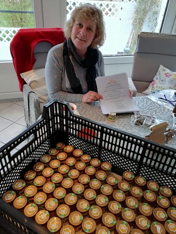 Susanne S.mit den Briefen und 200 kleine Honiggläschen