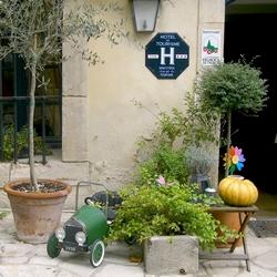 Ein nettes Hotelmit Parkplatz vor der Tür