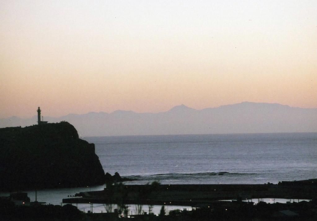台湾の山並み 与那国より111キロ