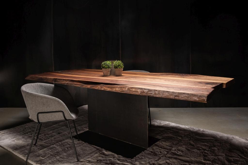 Einzigartig, wertig und wunderschön. Nussbaum Tische sind ein wahrer Hingucker und bringen Erinnerungen nach Hause.