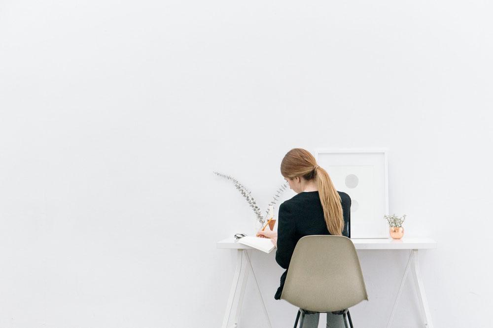 Frau sitzt an Tisch