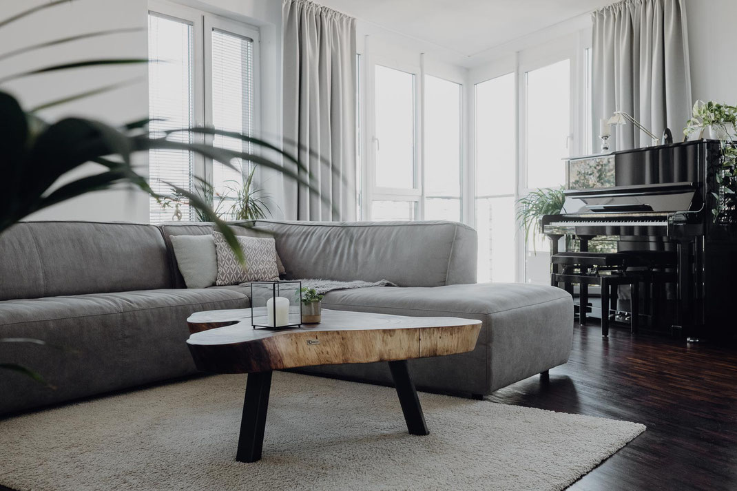 Designer Couch und Tisch mit Klavier