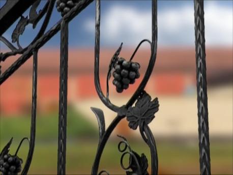 葡萄のモチーフの門が訪れる人を迎えてくれる