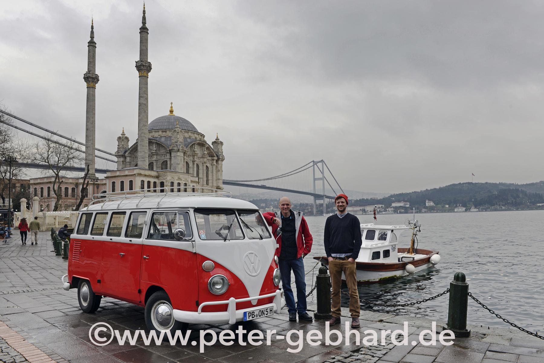 Peter Gebhard mit Bulli Erwin am Startpunkt der großen Istanbul-Nordkap-Reise. Am Bosporus beginnt das Bulli-Abenteuer.