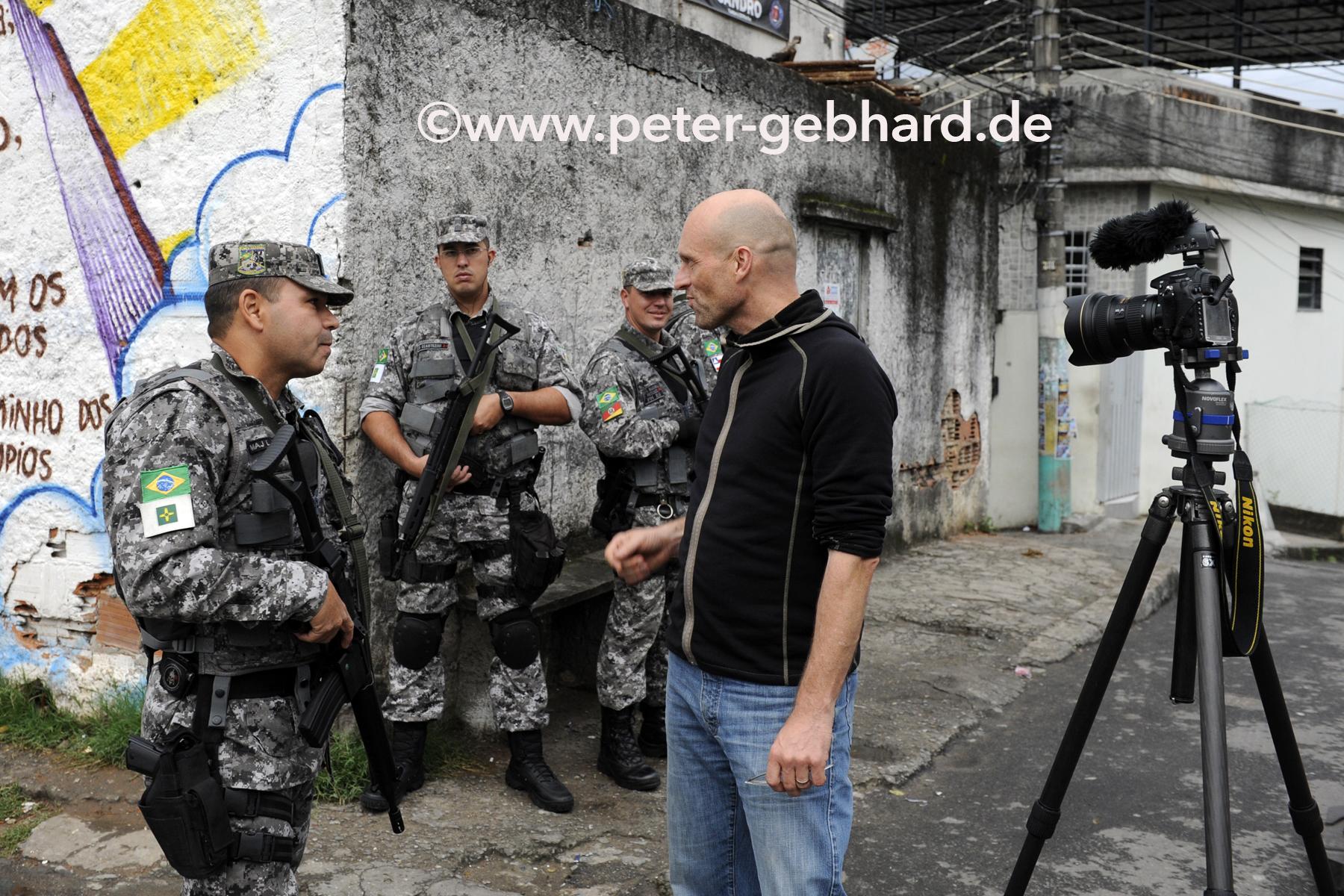 Gebhard mit einer Spezialeinheit in einer von Rios Favelas. Bei einer Drogenpatrouille waren er und sein Assistent hautnah mit dabei.