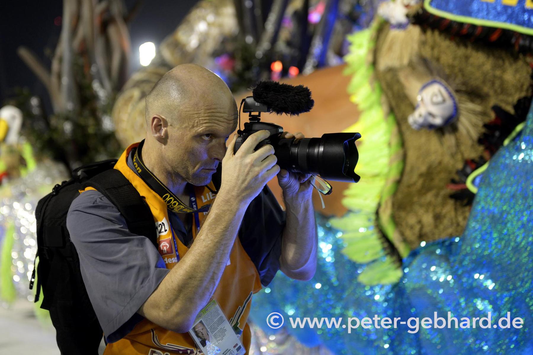 Peter Gebhard in Rio bei der Arbeit um 3.00 Uhr morgens im Sambódromo. Entweder man nimmt die teure Kamera mit und macht schöne Fotos oder man lässt es.