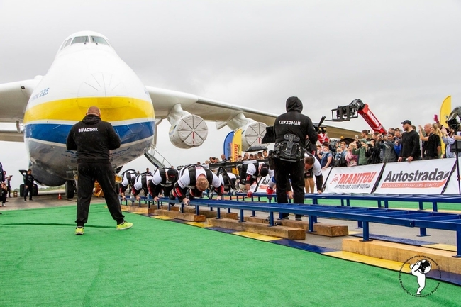 Not your everyday weight-lifting exercise down the gym… Image: Antonov Airlines