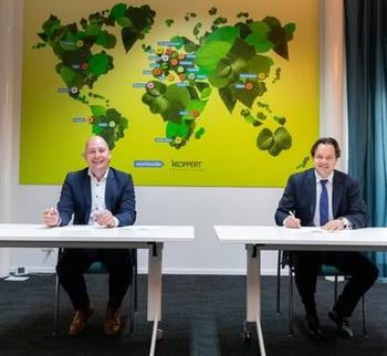 Left to right: René Koppert – Director Koppert Biological Systems and GertJan Roelands – SVP Sales & Distribution AFKLMP Cargo. Image: AFKLMP Cargo
