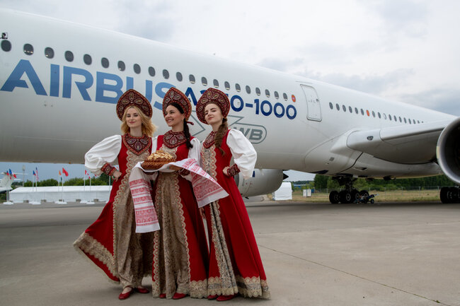 Hostesses in traditional Russian outfit welcomed the Airbus delegation with bread and salt, which in ancient Russia symbolized health and prosperity – photos: courtesy MAKS