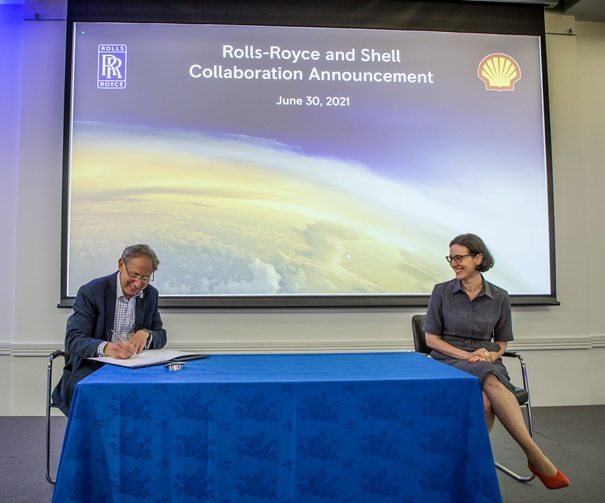 Anna Mascolo, Shell, and Paul Stein, Rolls-Royce, at the MoU signing. Image: Rolls-Royce/Shell