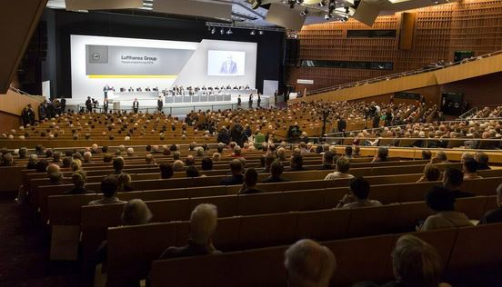 Keeping distance was also key at the Lufthansa General Meeting  -  image dw