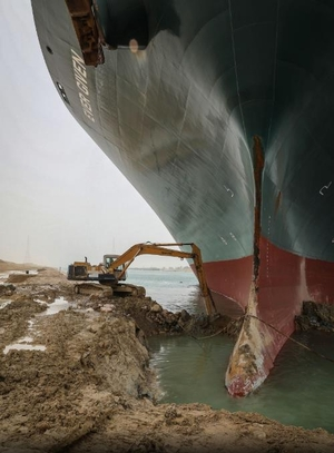 """Dredger at work! Attempting to dig the bow of the """"Ever Given"""" out of the eastern bank of the channel – Photo: dpa"""