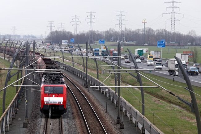 On the Dutch side of the Betouweroute the tracks are secured by fences, allowing for remote controlled operations – courtesy: Brabants Dagblad