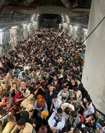 Impression of a U.S. Air Force C-17 flight from Kabul to Qatar on 15 August – agencies.