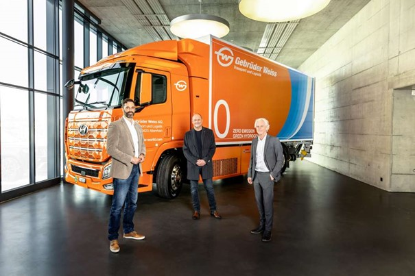 Hydrogen truck handover in Rothenburg, CH. (From left): Marc Freymüller, CEO Hyundai Hydrogen Mobility AG, Peter Waldenberger, Head of Cor. Administrative Support, and Oskar Kramer, Country Mgr Switzerland (both Geb. Weiss). Image: Geb. Weiss