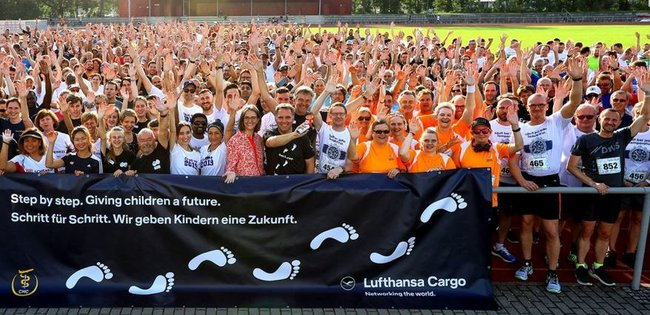 "Impression of the Frankfurt City Run in 2019: Many happy people whose admission fees benefited CHC - image: ""6th Office City Run"""