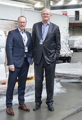 The successor (left) and the predecessor at the warehouse run by DUS Cargo