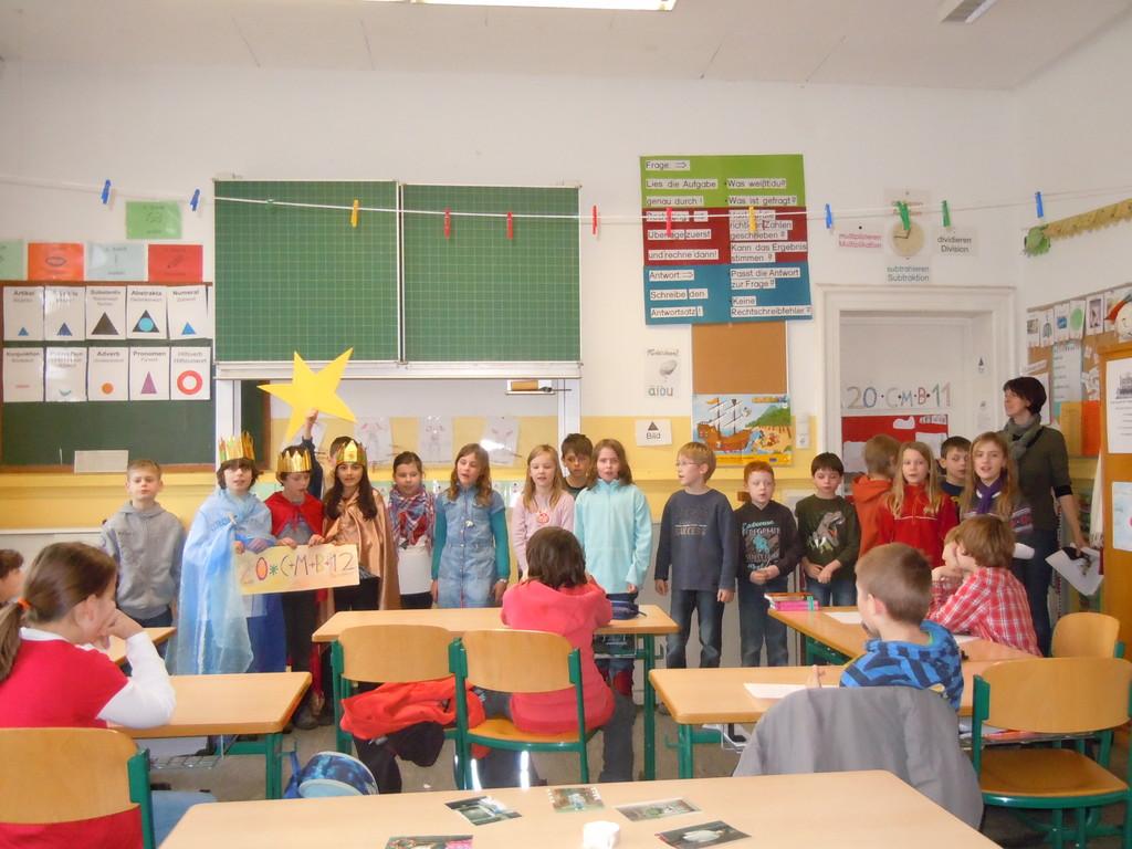 Die Kinder der katholischen Religionsgruppe besuchen die Kinder der evangelischen Gruppe
