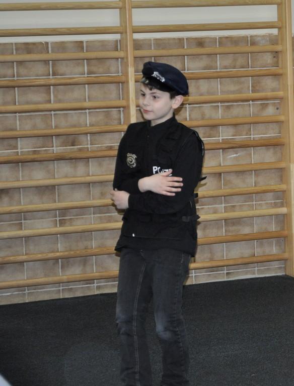 Der Polizist in Tanz-Aktion...