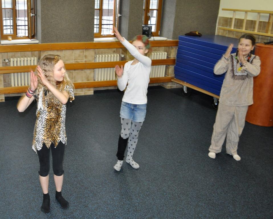 Eine weitere Gruppe hat einen anderen Tanz vorbereitet...