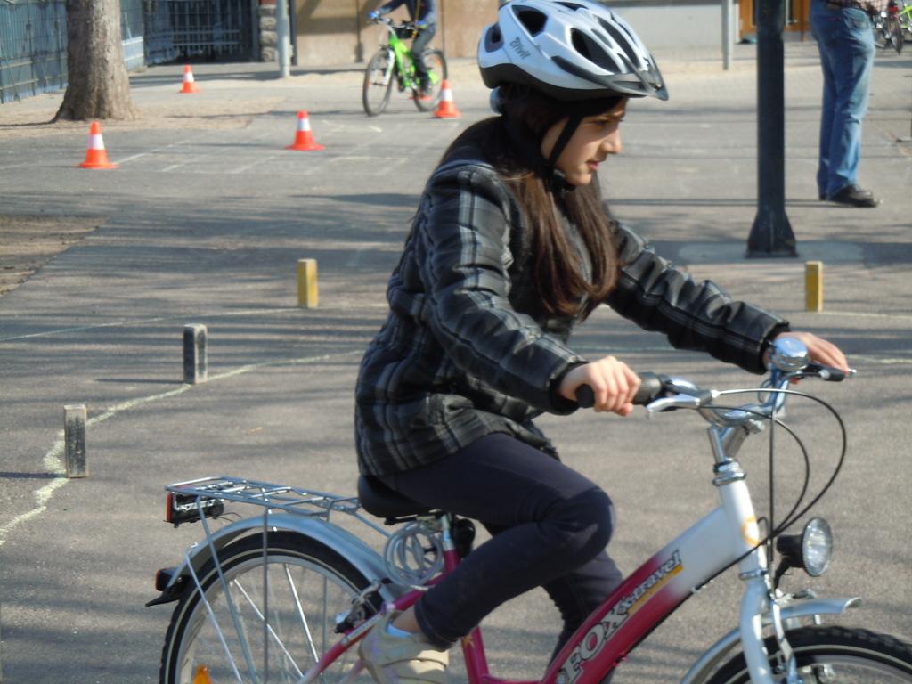 ... welch` schöner Erfolg, dass sie so geschickt Fahrrad fahren kann...