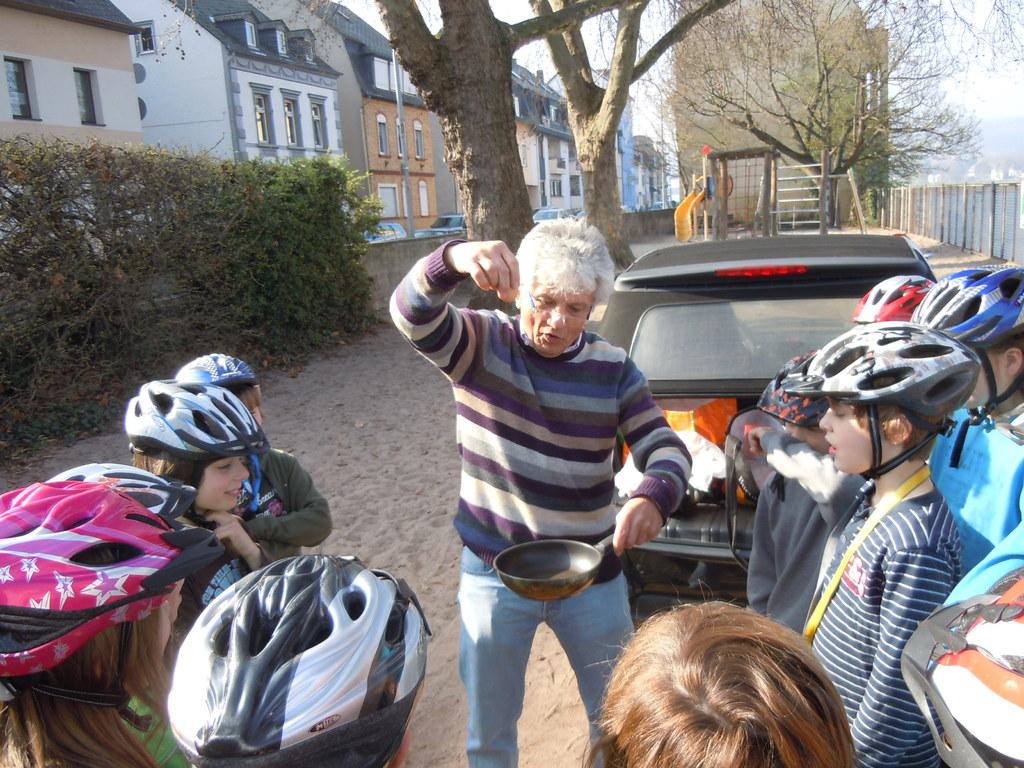 ... Herr König zeigt, wie wichtig der Fahrradhelm ist...