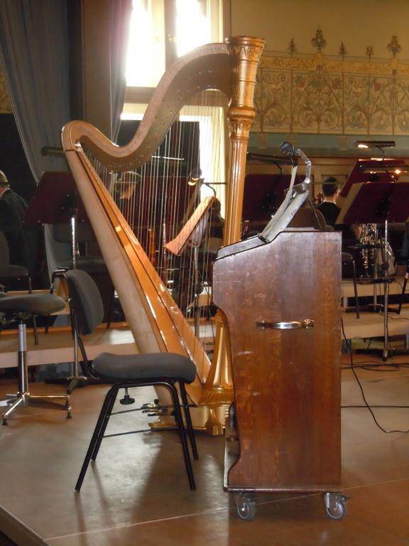Auch eine Harfe steht auf der Bühne, kommt aber nicht zum Einsatz...