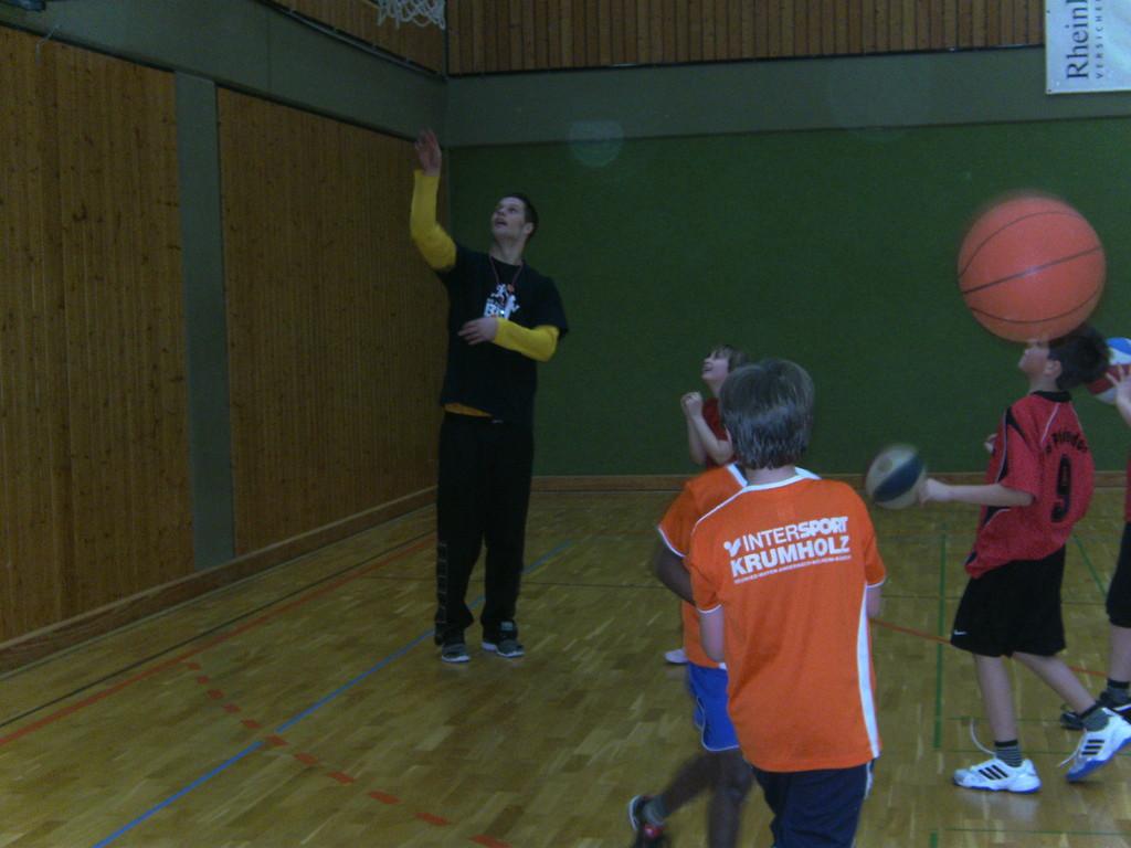 Der nette Schiedsrichter übt Korbleger mit unseren Kids...
