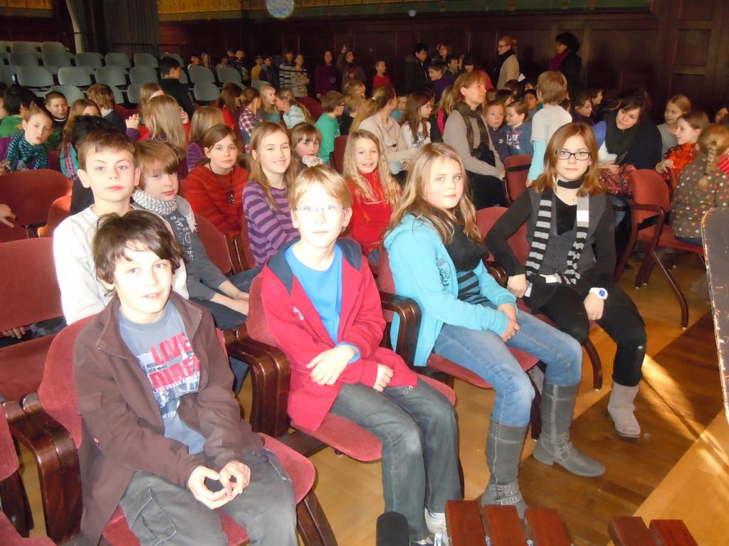 Die Philharmonie füllt sich nach und nach mit Schülern aus anderen Schulen...