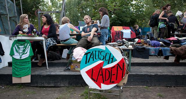 """In Rahmen des Projekts """"Recyclingbotschaft in Richardkiez"""", mit finanzielle Unterstutzung des Programms """"Soziale Stadt"""", Kulturlabor Trial&Error e. V. offnet Tauschladen zweimal pro Woche!"""