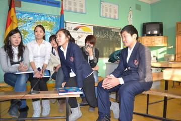 Khongorzul, Enkhjin, Ankhtsetseg, Purevsuren, Saruul und Naran im Gespraech mit den armenischen Deutschlernern.