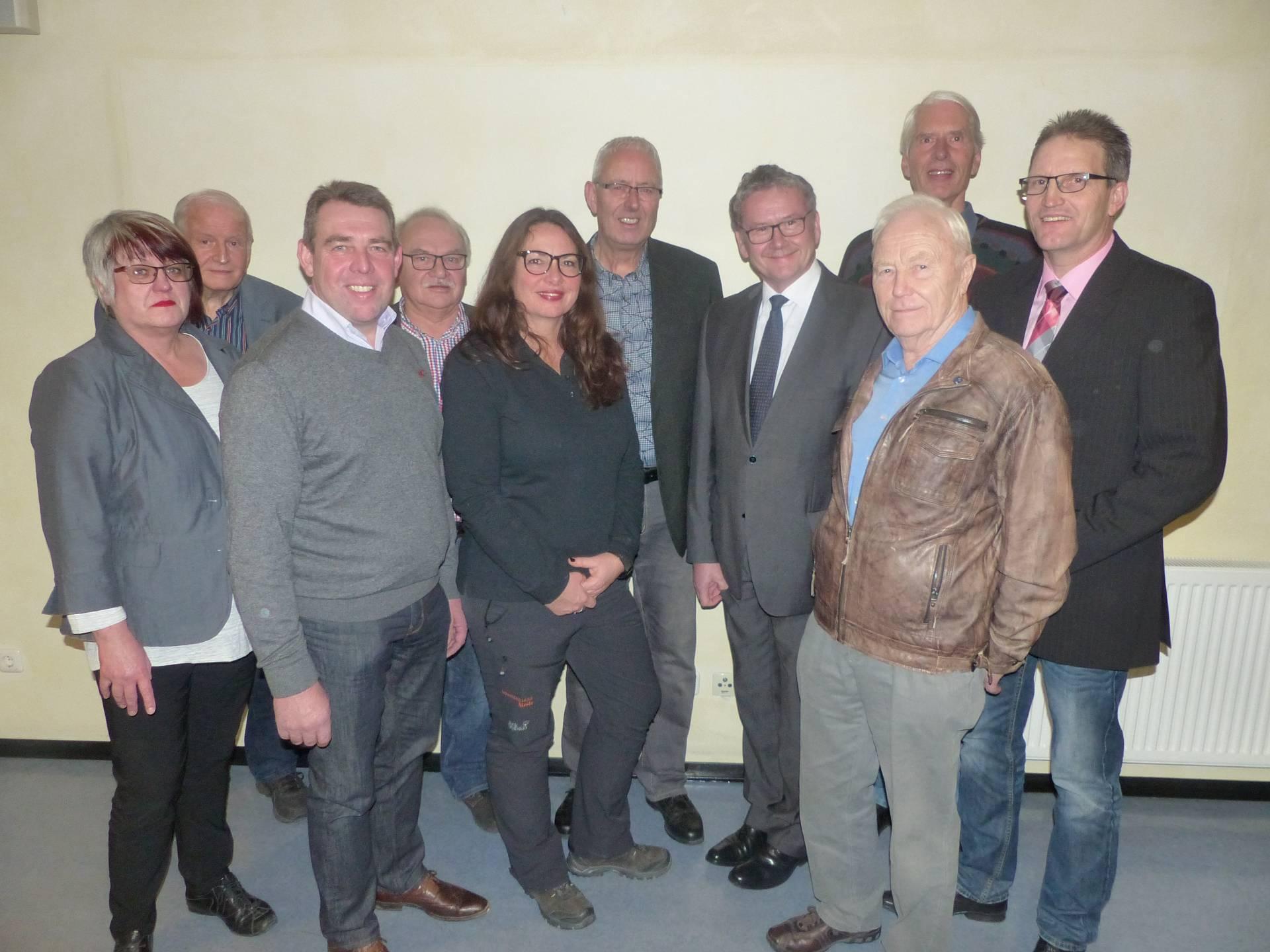 Auf dem Foto sieht man v.l.n.r. Beate Carl, Herbert Jordan, Rüdiger Käckel, Otto Dörigmann, Andrea Kühne, Friedbert Kanne, Landrat Uwe Schmidt, Erwin Möller, Dieter Meyer und Karsten Bock.