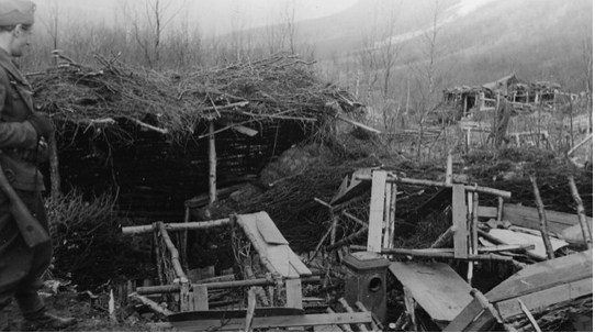 Details of one of the turf and birch branch huts in the Mallnitz camp in a photo taken during the British War Crimes Commission visit the camp after the war in June 1945 (Photo: Bjørn Winsnes / Narviksentret).