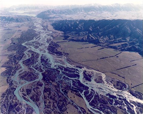The Clutha/Mata-Au has a much more definite bed than the braided rivers running east from the Southern Alps. This is the Waitaki that flows into the Pacific north of Oamaru (Source:New Zealan