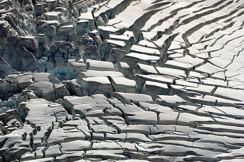 Crevasses and cross-crevasses  on the accumulation basin of the Fox Glacier showing uneven surface topography (SwissEdu - click fo